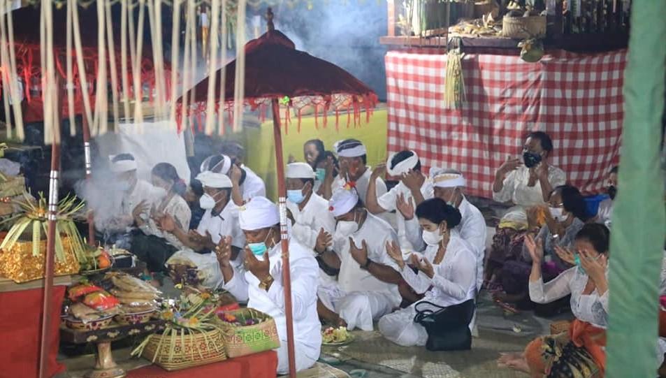 Wakil Bupati Klungkung didampingi Ny. Sri Kasta melaksanakan persembahyangan di Pura Ibu Pande