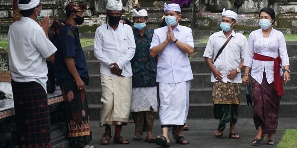 Bupati Klungkung bersama Ny. Ayu Suwirta menghadiri Piodalan di Pura Puseh Besang Kangin