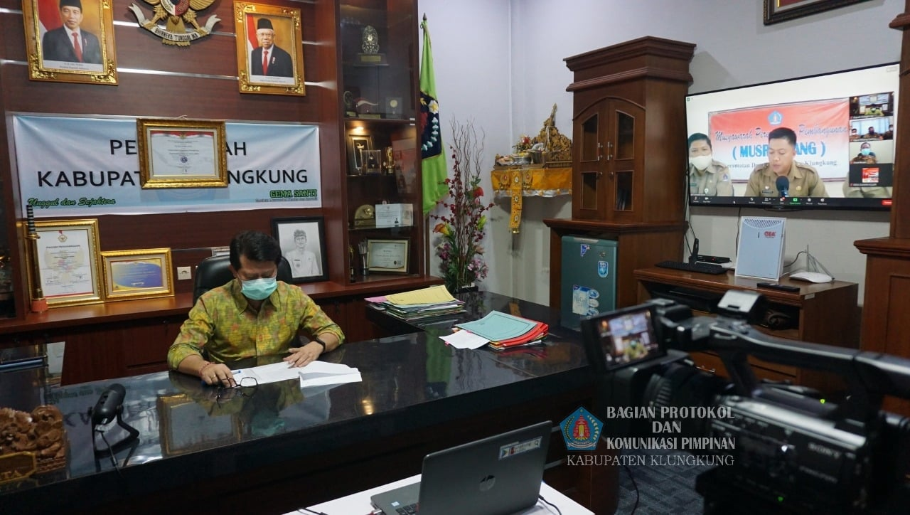 Bupati Suwirta Buka Musrenbangcam Dawan melalui aplikasi zoom meeting