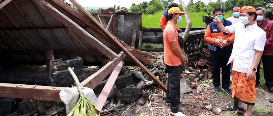 Bupati Klungkung meninjau beberapa bangunan yang mengalami kerusakan akibat angin kencang