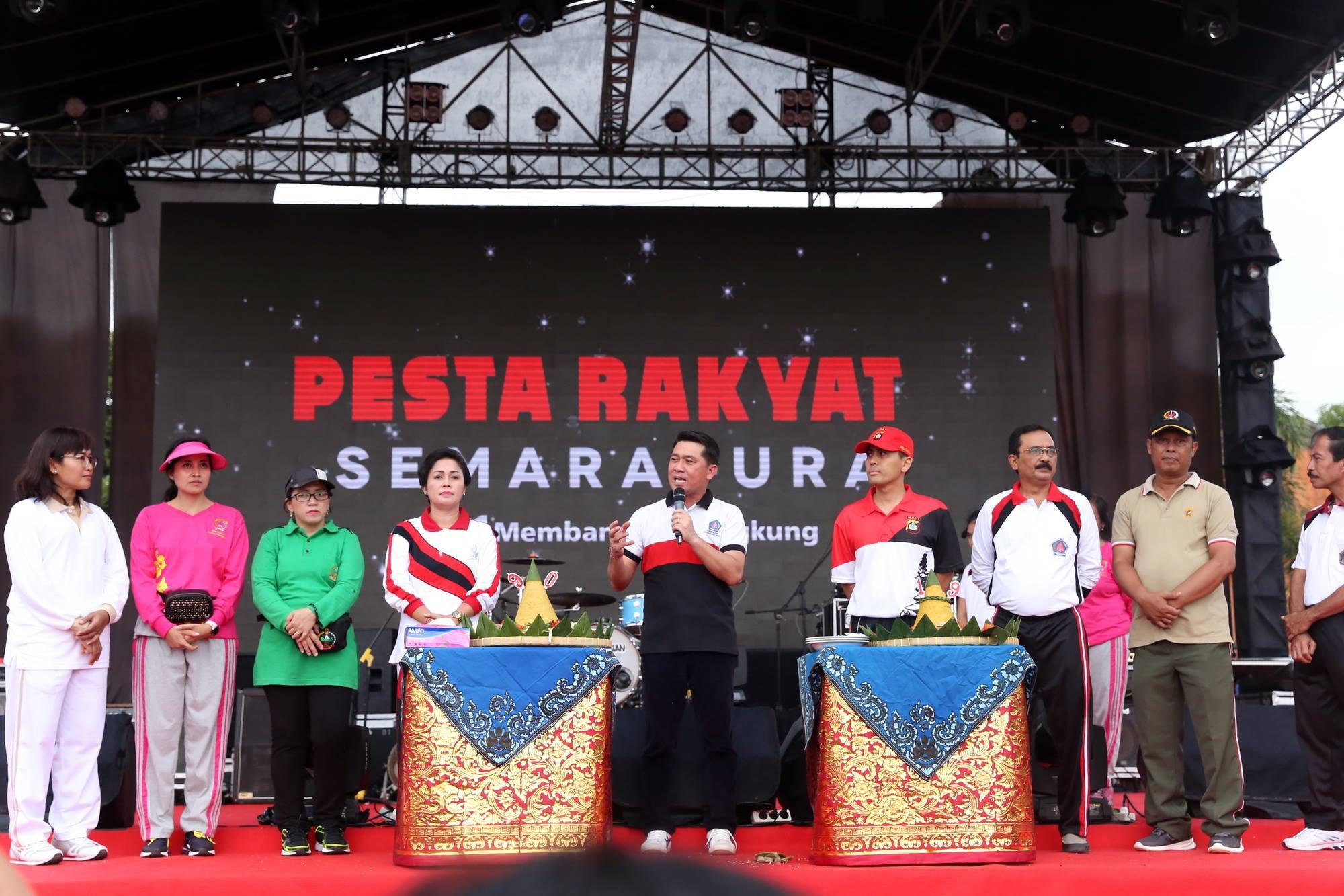 Para pegawai dilingkungan Pemkab Klungkung menyelenggarakan senam SKJ 2012 dan senam Morena