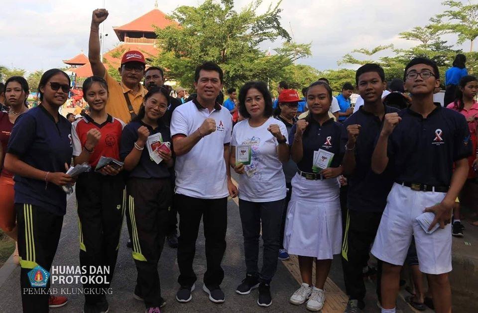 KPA Klungkung Bagi-bagi Leaflet HIV