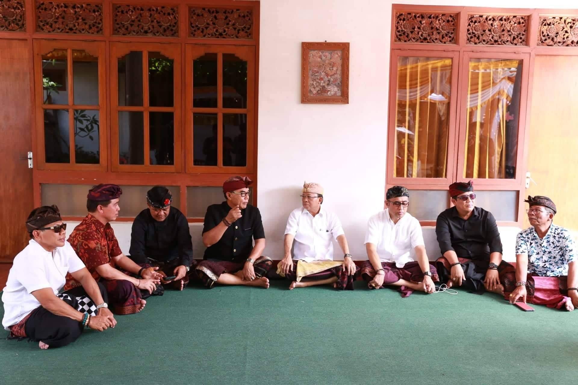 Bupati Klungkung dan Wakil Bupati Klungkung bersama Kasta melayat ke rumah duka Alm. Tjokorda Istri