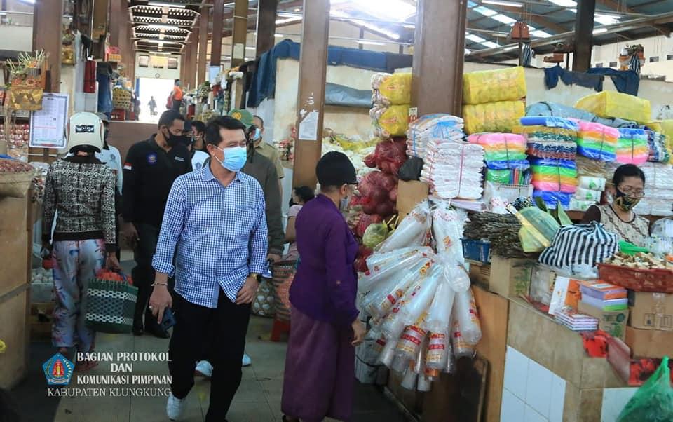 Bupati Suwirta Tinjau Penerapan Protokol Kesehatan di Pasar Galiran