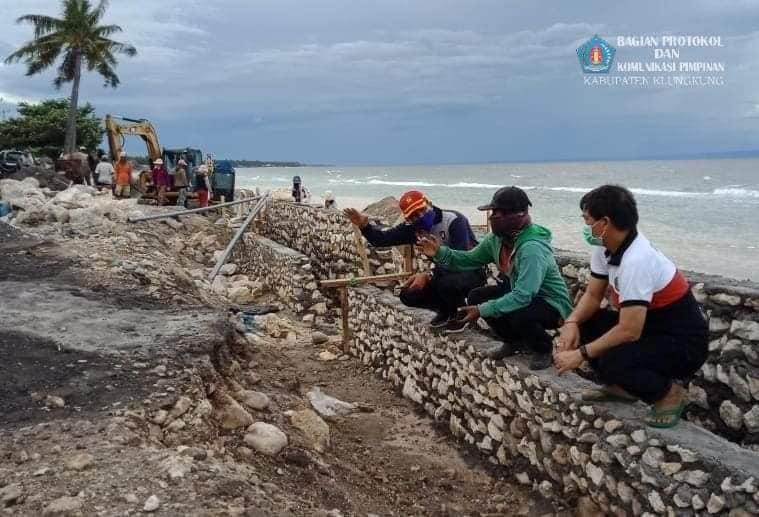 Bupati Suwirta Tinjau Pengerjaan Pengaman Pantai