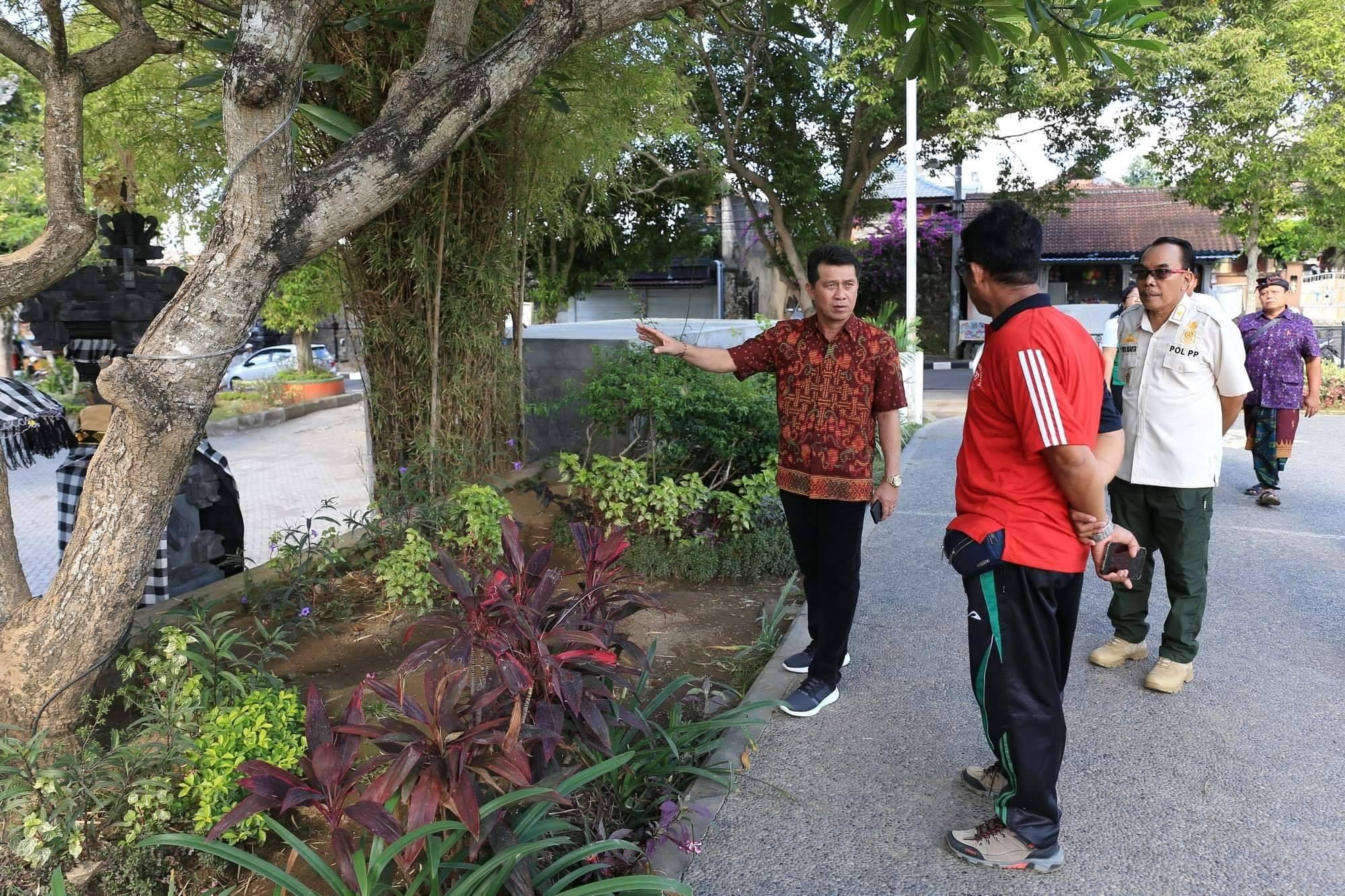 Mempercantik Kota Klungkung, Bupati Suwirta Kembali Menata Taman