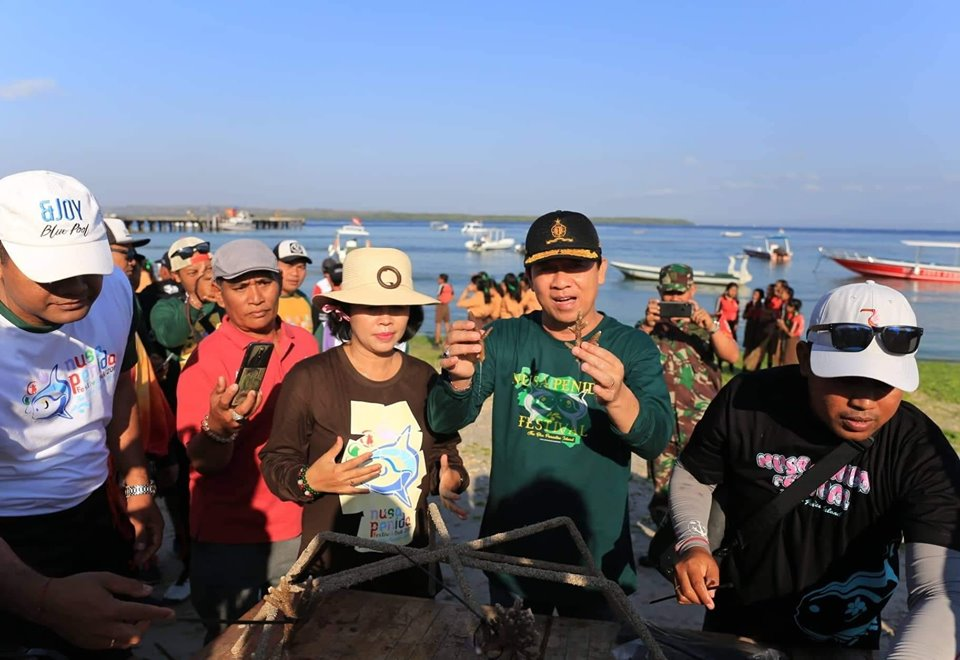 Bupati Suwirta Pimpin Aksi Beach Clean Up Coral Tranplantation