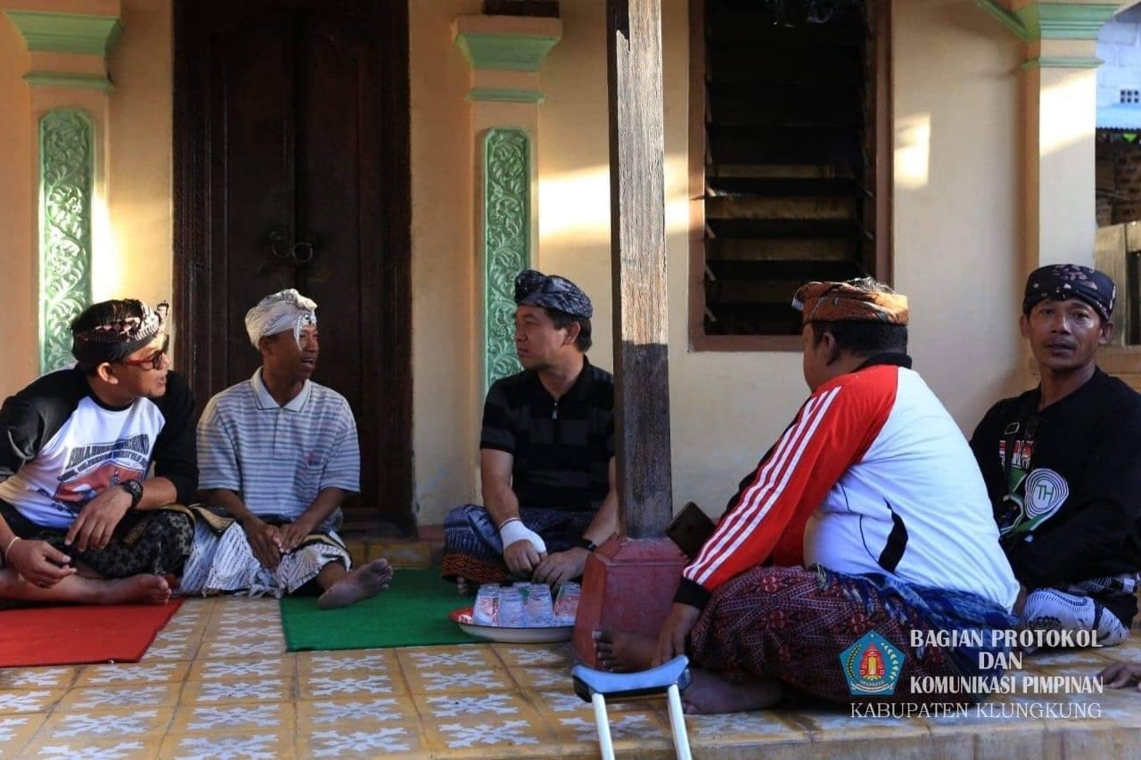 Bupati_Klungkung_layat_ke_Rumah_Duka_kediaman_Alm__Kadek_Sumardika_di_Banjar_Budaga_1.jpg