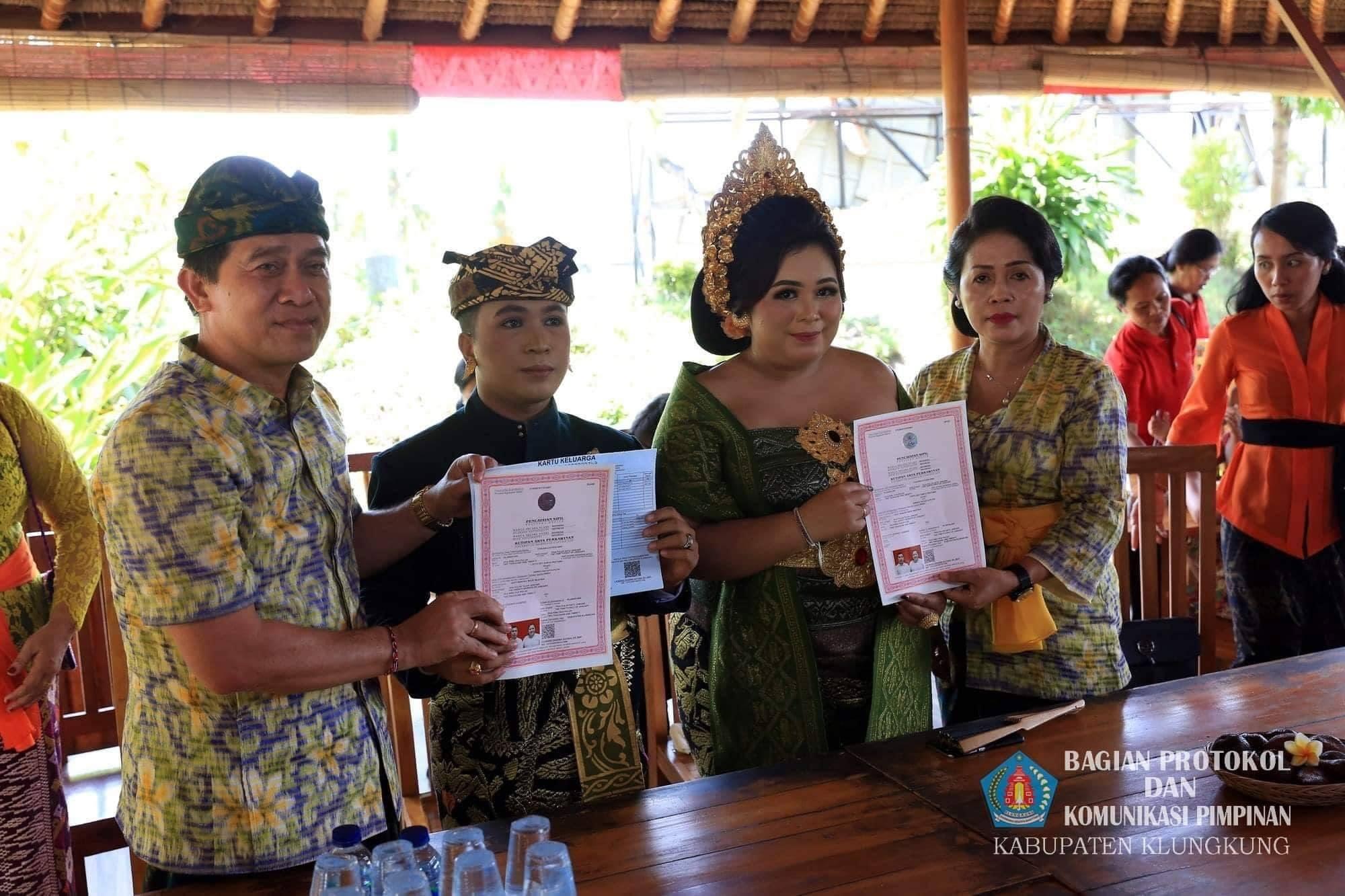 Bupati_Klungkung_menghadiri_undangan_pernikahan.jpg